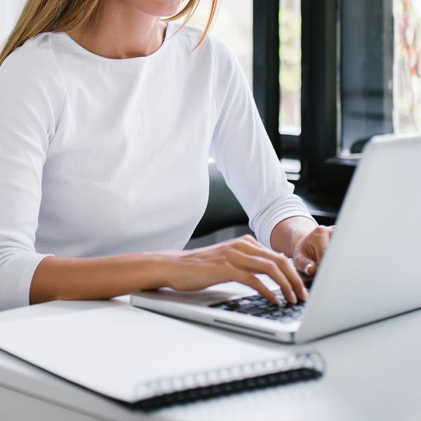 Kobieta używająca laptopa